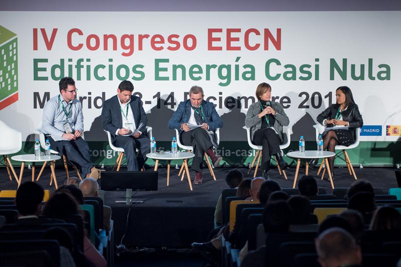 Participantes en la primera mesa redonda del IV Congreso Edificios Energía Casi Nula 2017.