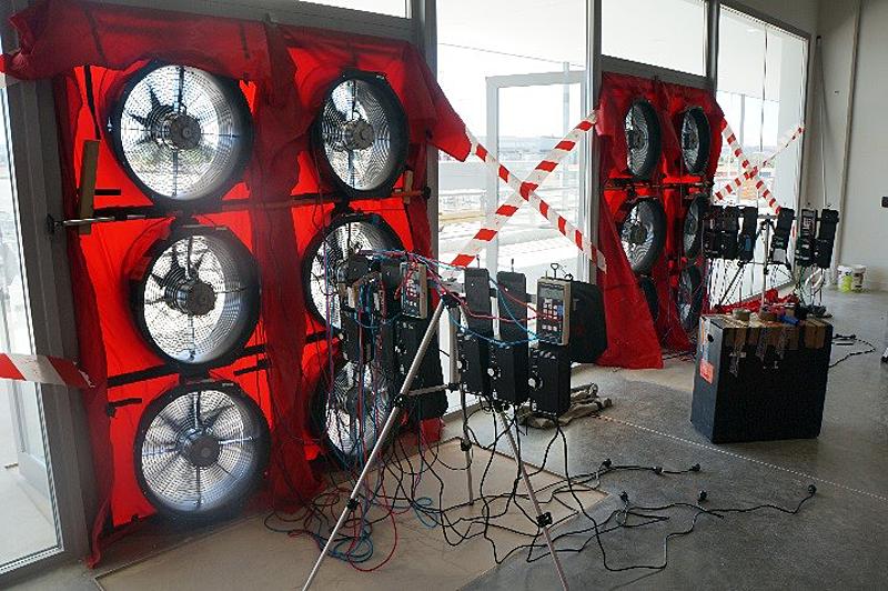 Figura 5. Grupo de 6 ventiladores montado en una de las puertas de acceso a la nave.