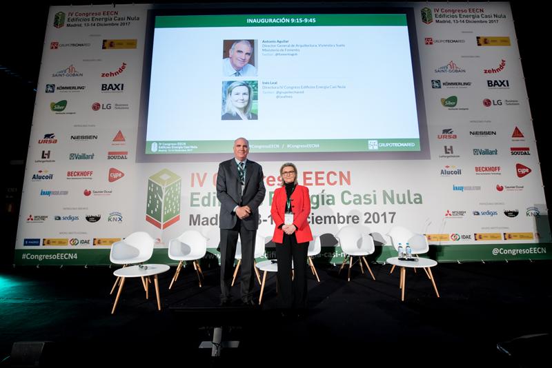 Antonio Aguilar e Inés Leal durante posan de pie en el escenario durante la inauguración del IV Congreso Edificios Energía Casi Nula 2017.