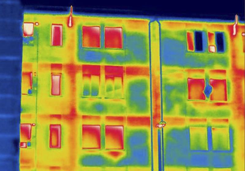 Imagen térmica de un bloque de viviendas del País Vasco en los años 70, donde se evidencia la pérdida de calor por falta de aislamiento. (Juan María Hidalgo / UPV/EHU).