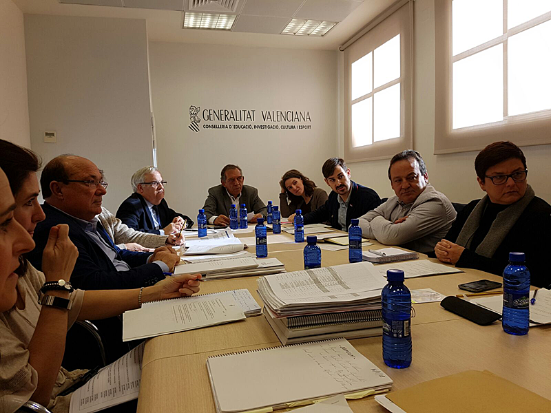 Los concejales Sergi Campillo, Maria Oliver y Vicent Sarriá con el secretario autonómico de Educación, Miquel Soler.