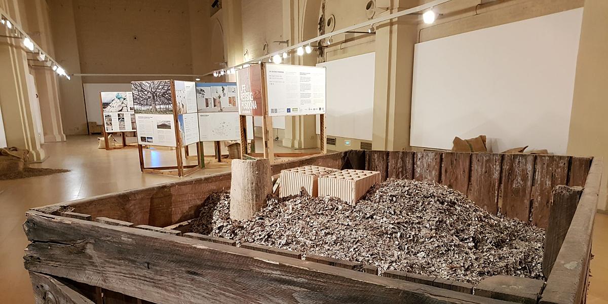 Sevilla acoge la exposici n reusing posidonia sobre el uso de materiales ecol gicos en la - Materiales de construccion sevilla ...
