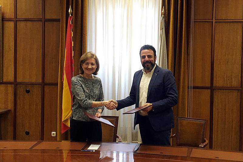 El alcalde de Azuqueca y la vicerrectora de Investigación y Transferencia de la UAH, tras la firma del convenio. Fotografía: Ayuntamiento de Azuqueca.