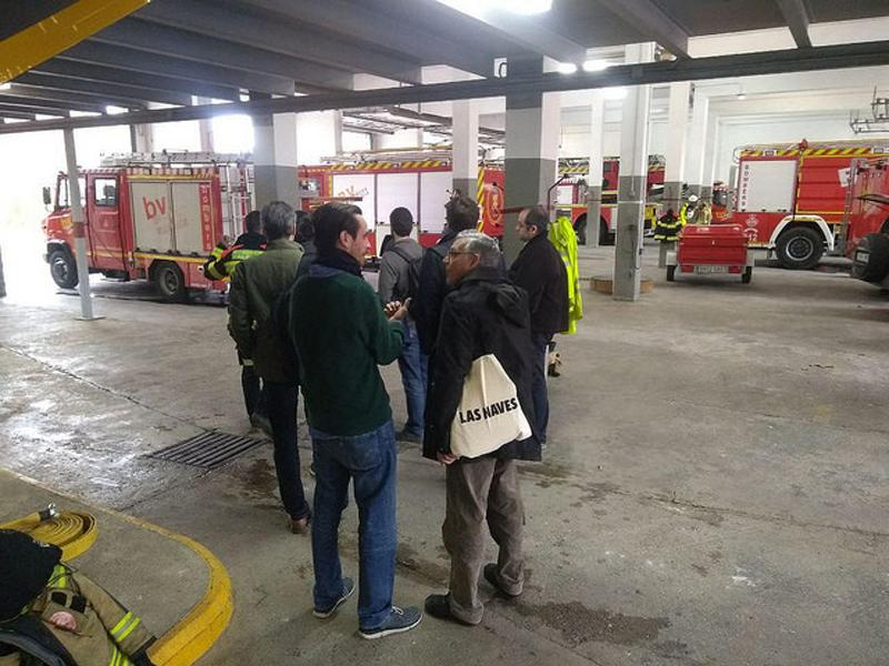 Profesionales visitan el parque de bomberos de Valencia.