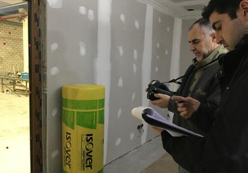 Personal Isover revisando construcción de vivienda