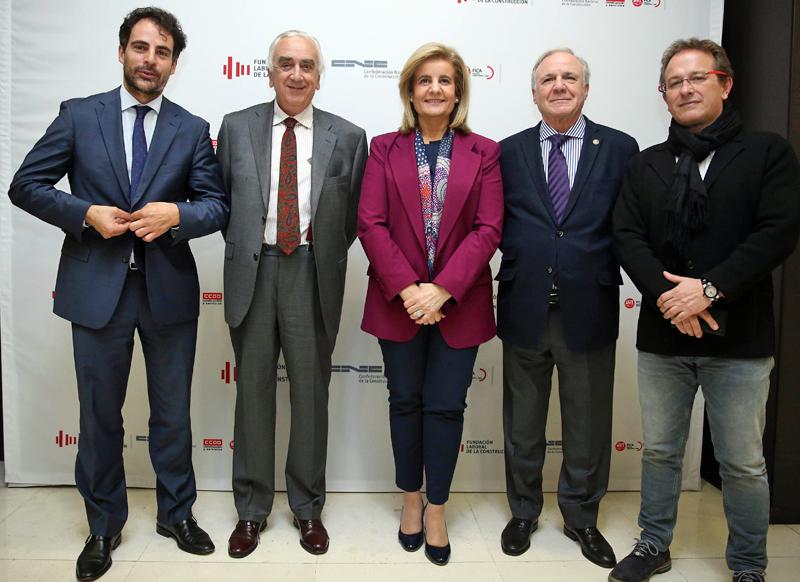 El Presidente del CES, Marcos Peña,y la ministra de Empleo y Seguridad Social, Fátima Báñez, acompañados por que estuvo acompañada por los máximos representantes de la Fundación Laboral de la Construcción.