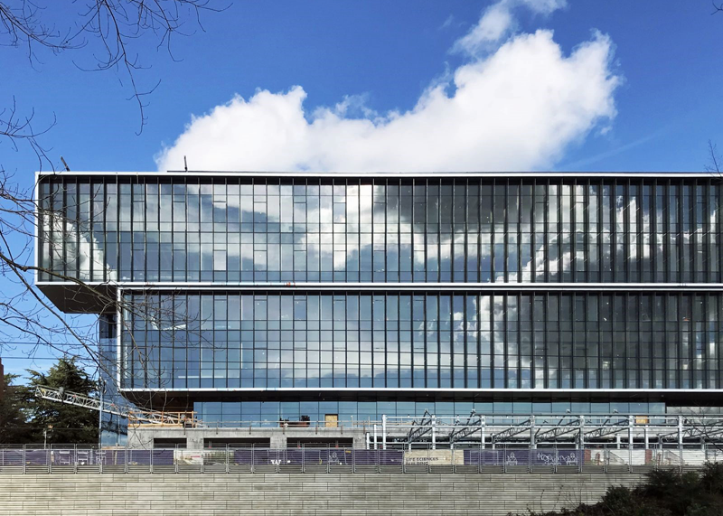 , las lamas de control solar fotovoltaicas aportan un enfoque multifuncional