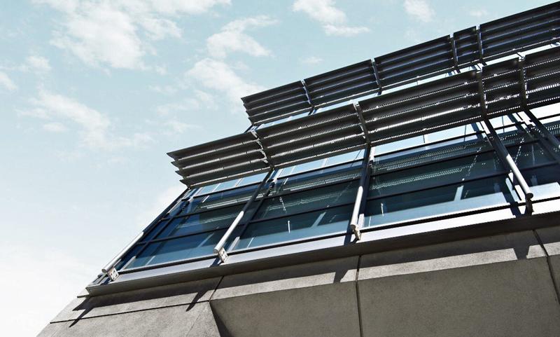 Fachada con placas solares