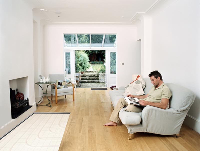 estancia con suelo radiante en pavimentos de madera