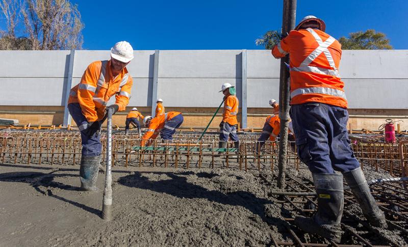 Trabajadores con cemento