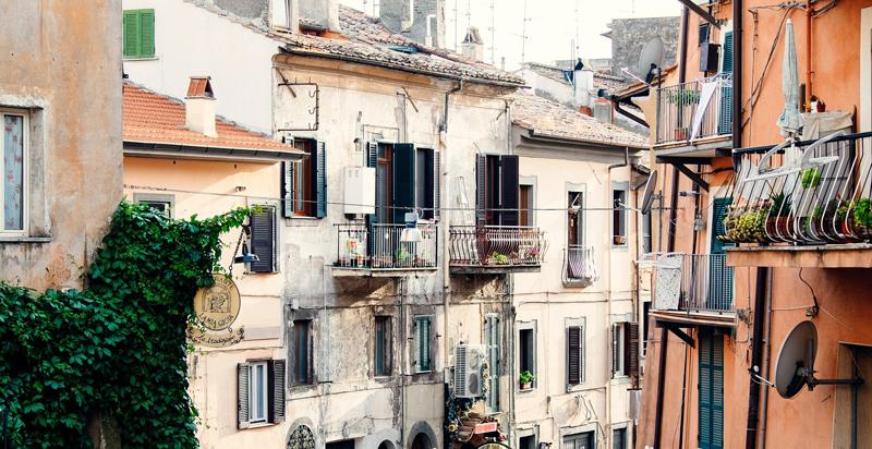 Calle con fachadas antiguas