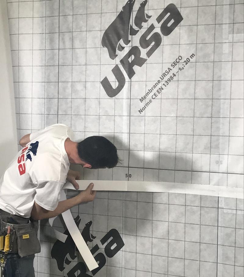 Trabajador instalando URSA Seco