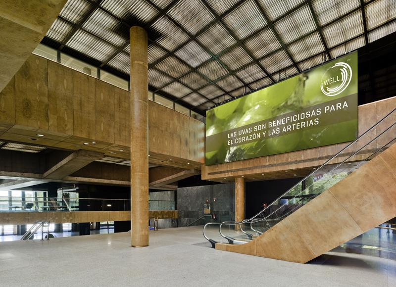 Interior del lobby del Edificio Castellana 81 en Madrid