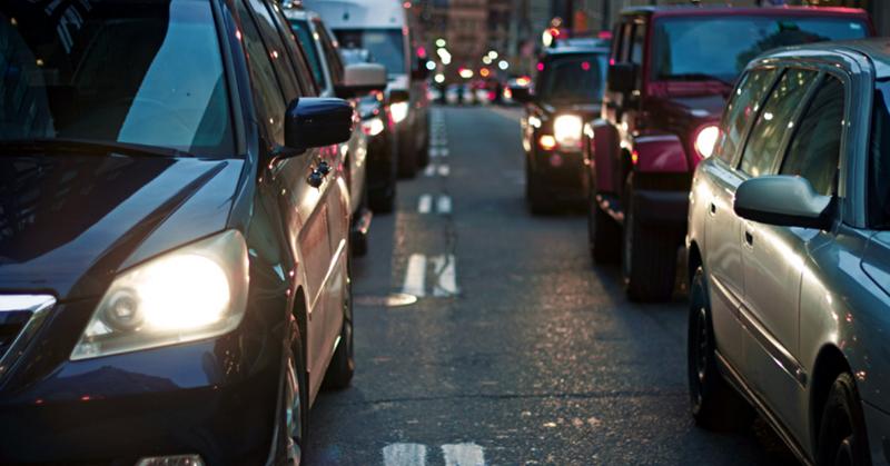 Fila de vehículos en calle urbana