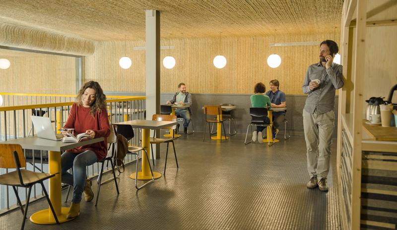 Interior de la cafetería del Impact Hub Piamonte en Madrid.