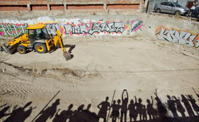 Excavadora que comienza las obras del edificio en derecho de uso en Usera