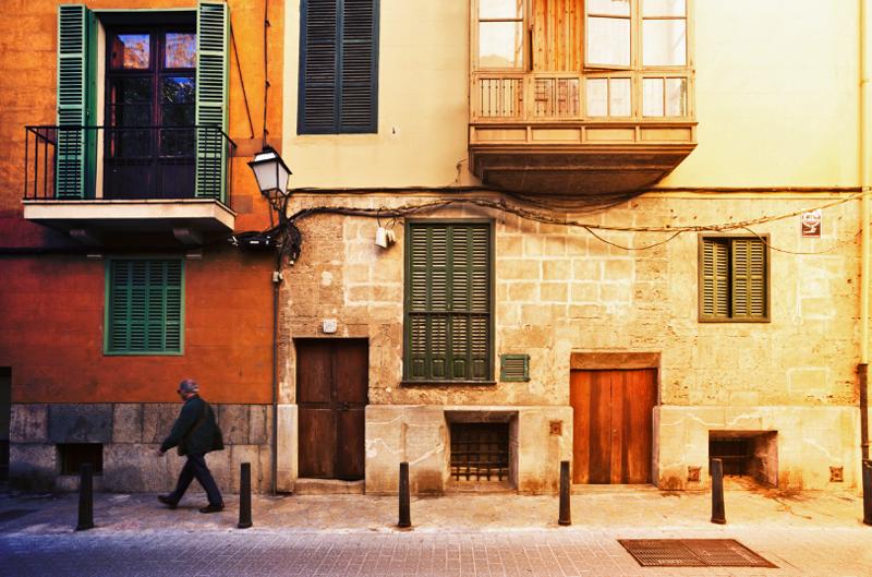 Vía pública con edificios antiguos