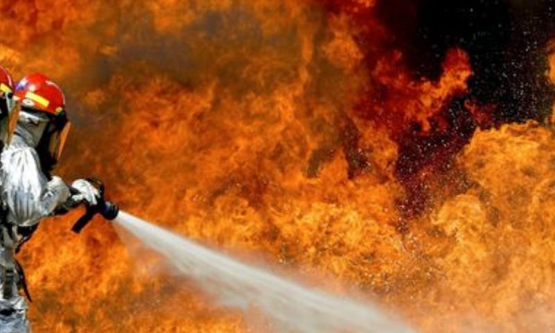 Un bombero apagando un incendio