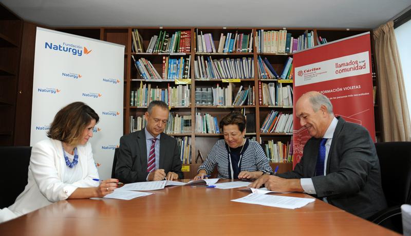 Firma del acuerdo de colaboración entre los representantes de Naturgy, Cáritas, Ecodes y ANERR