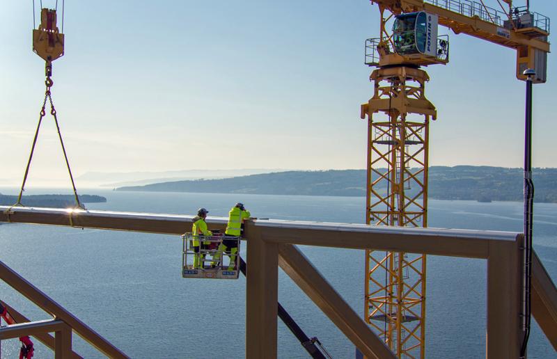 Obreros en la construcción de la torre de Mjøsa