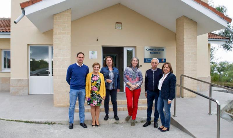 Autoridades y profesionales sanitarios frente al consultorio médico de Las Rozas de Vadearroyo