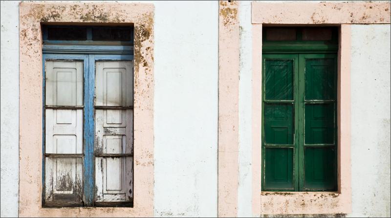 Fachada con ventanas antiguas