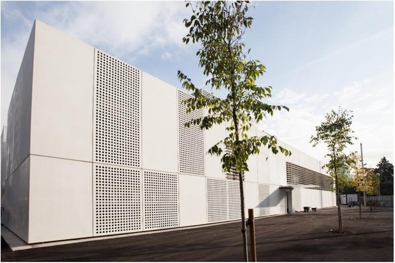 Figura 2. Los paneles prefabricados de hormigón como elementos clave en las fachadas, tanto a nivel de eficiencia energética (elevada inercia térmica) como otras consideraciones medioambientales (nulos residuos, mayor velocidad de ejecución y menor consumo energético asociado).