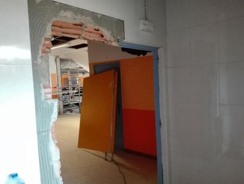 Figura 3. Aberturas interiores: para poder instalar las máquinas de ventilación, se han tenido que ensanchar provisionalmente puertas interiores.