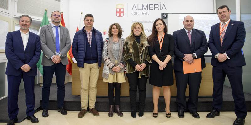Los miembros de ISE, Mela García, Paco Pino y Ernesto Miras junto al resto de socios en la presentación a los medios del proyecto SUNREGARD
