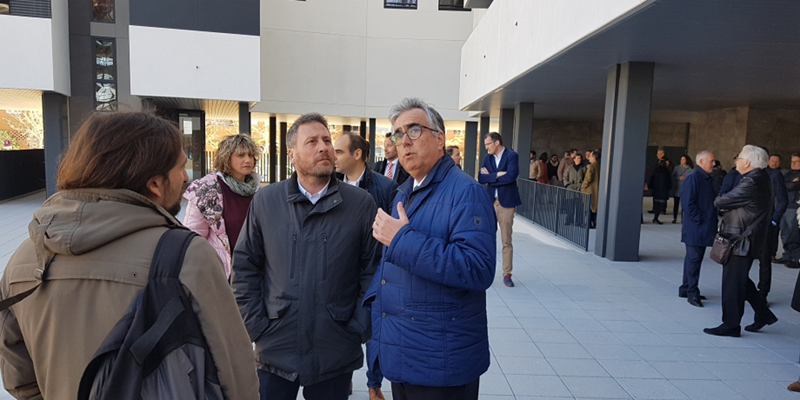 El consejero de Vertebración del Territorio, Movilidad y Vivienda, José Luis Soro, en su visita al edificio residencial de Zaragoza con certificación Passivhaus.