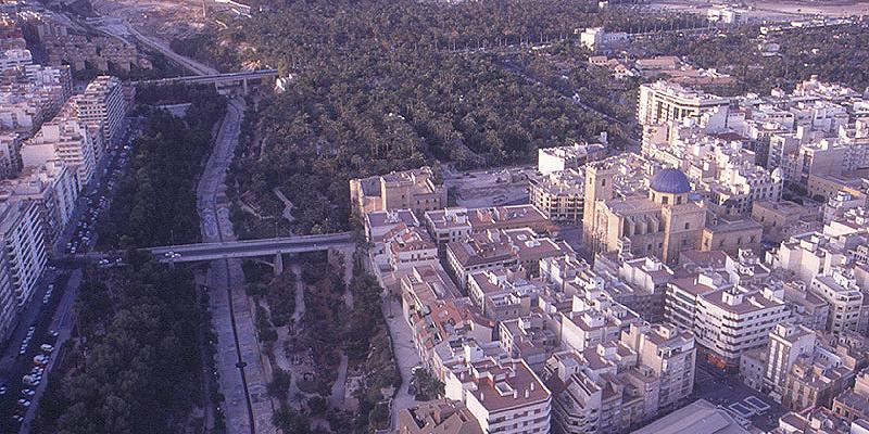 El ámbito de actuación está situado en el grupo de viviendas de promoción pública Los Palmerales de Elche.