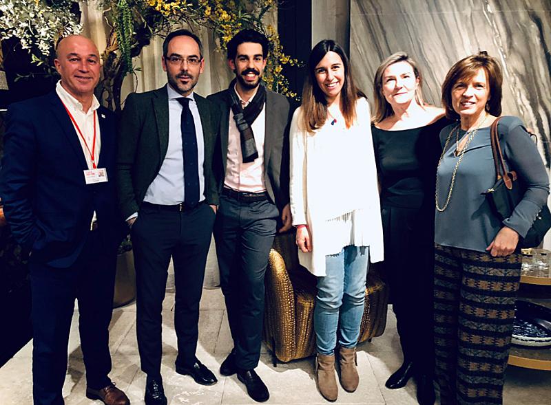 Representantes de Amorim con asistentes a la presentación de Wise en Casa Decor.