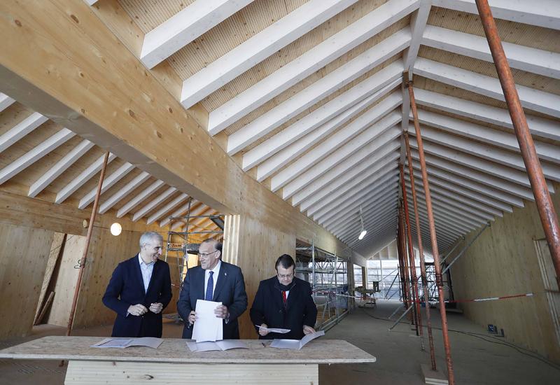 El acuerdo se firmó en el edificio de I+D que está proyectando la Universidad en el Casco Vello, que tendrá la madera como elemento esencial.