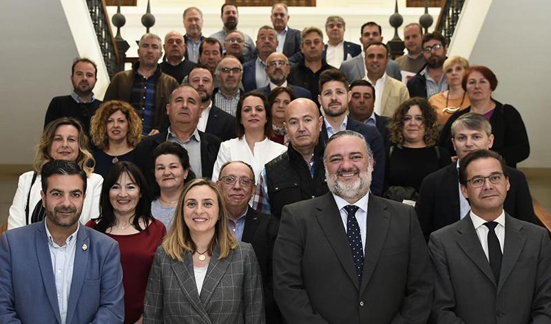 La consejera de Fomento, Infraestructuras y Ordenación del Territorio, Marifrán Carazo, este lunes con los alcaldes granadinos firmantes.