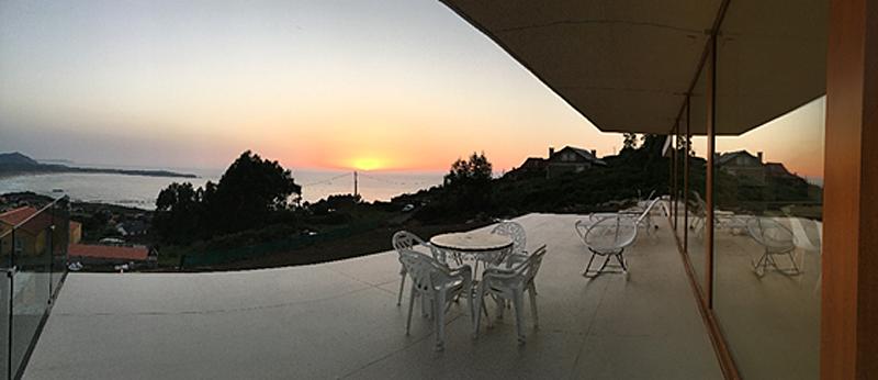 Figura 5. Porcelánico gran formato en terraza. Vidrios de protección solar.