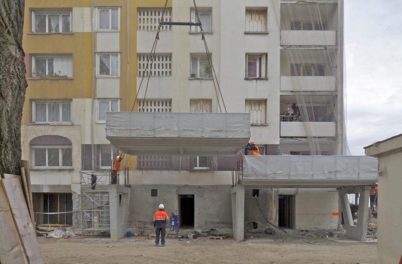 Las estructuras se elevan una a una para incorporarlas a la fachada.