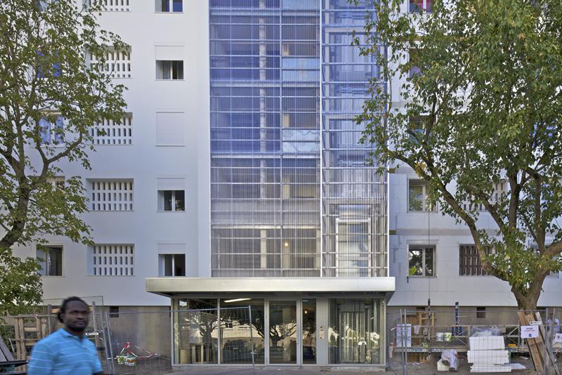 Ascensor exterior instalado como parte de las actuaciones del proyecto.