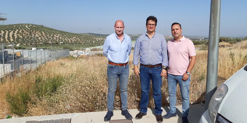 El diputado de Servicios Municipales ha visitado junto al alcalde de la localidad los terrenos cedidos por el Ayuntamiento para la planta de acopio de residuos de la construcción y la demolición