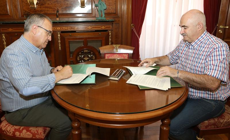 En la firma han participado el alcalde de Pamplona, Enrique Maya, y el director gerente de Nasuvinsa, José Mari Aierdi.