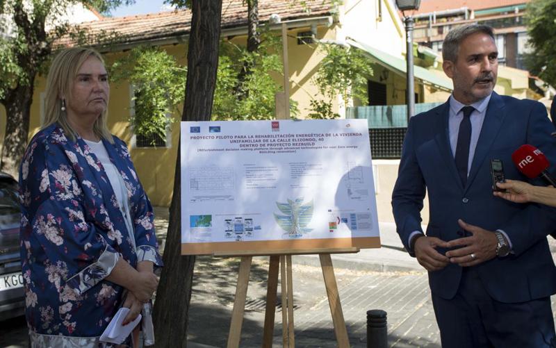 La consejera en funciones de Transportes, Vivienda e Infraestructuras, Rosalía Gonzalo visita la vivienda pública regional donde se va a desarrollar una experiencia práctica del proyecto europeo Rezbuild.