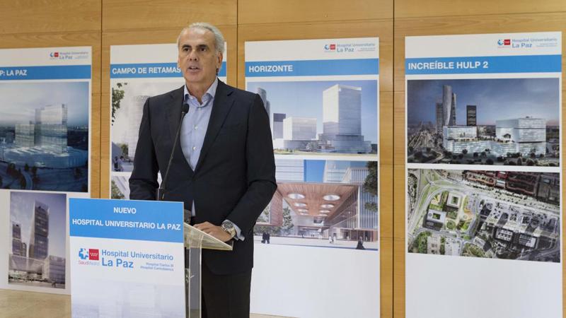 El consejero en funciones de Sanidad, Enrique Ruiz Escudero, en la presentación de las propuestas finalistas del Hospital Universitario La Paz.