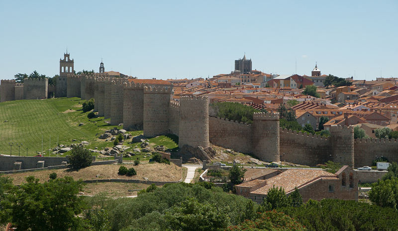 Vista de la muralla de Ávila y parte de la ciudad.