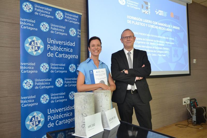 La doctoranda de la UPCT, Eva María Sánchez García, y su director de tesis Carlos Parra, junto a dos cilindros de hormigón ligero que han desarrollado.