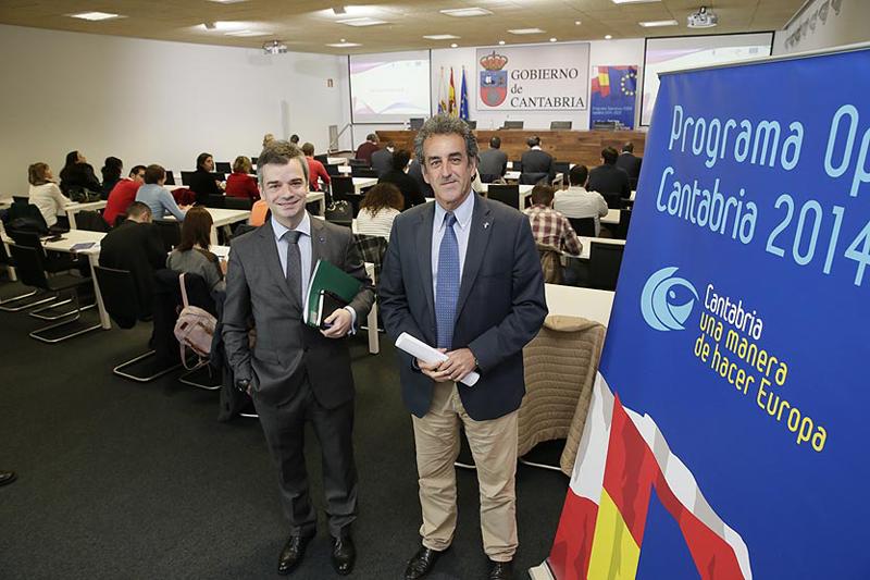 El director de Innovación, Desarrollo Tecnológico y Emprendimiento Industrial en Gobierno de Cantabria, Jorge Muyo y el consejero, Francisco Martín, durante una reunión con empresarios interesados en la innovación.