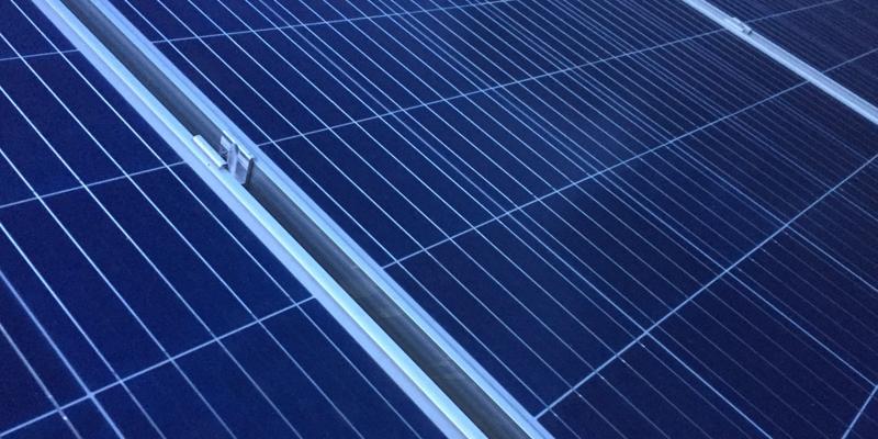 placa solar en cubierta edificio