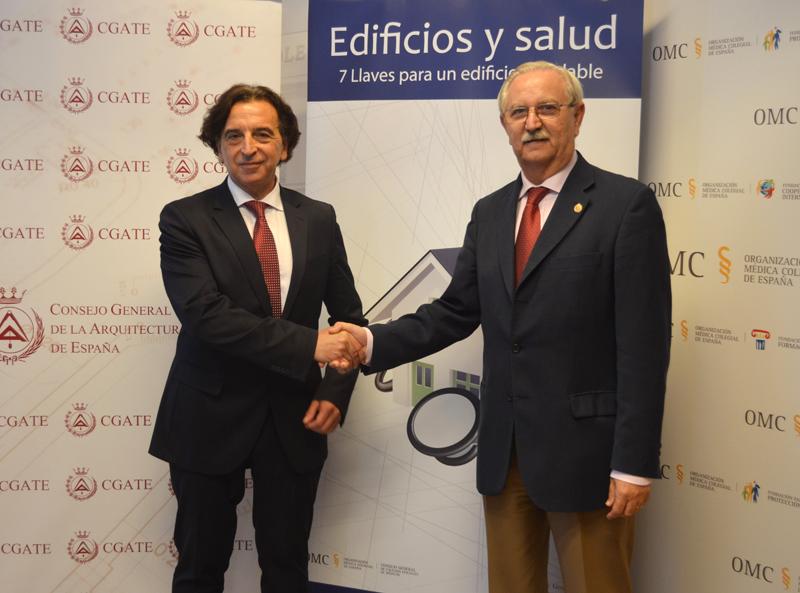 Firma del acuerdo entre ambas instituciones el pasado 1 de octubre. De izquierda a derecha: Alfredo Sanz, presidente del CGATE y Serafín Romero, presidente del CGCOM.