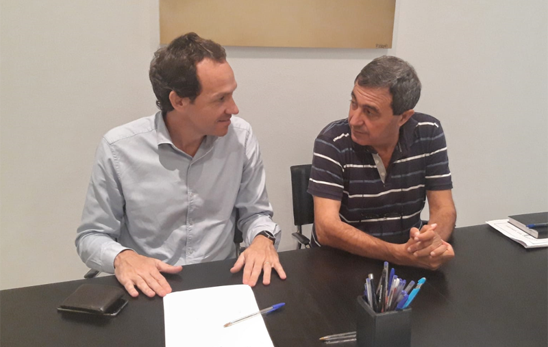 El conseller de Movilidad y Vivienda del Gobierno de Islas Baleares, Marc Pons y el alcalde des Mercadal, Francesc Ametller.