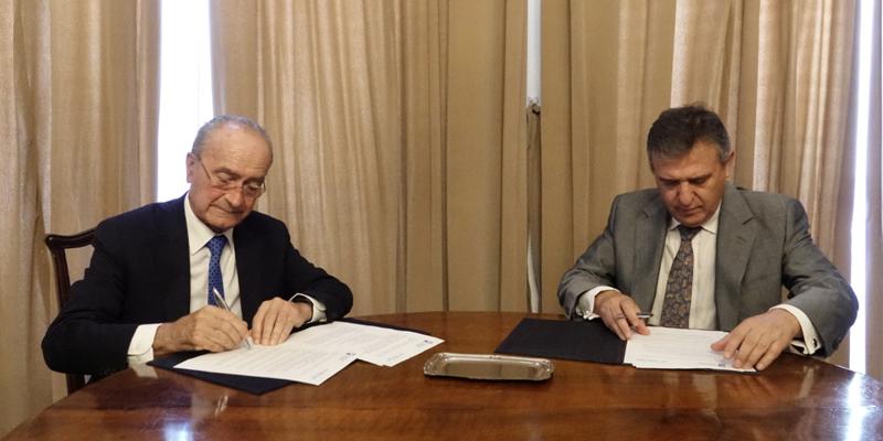 El alcalde de Málaga, Francisco de la Torre, y el director general de Endesa en Andalucía y Extremadura, Francisco Arteaga, durante la firma el 7 de octubre.