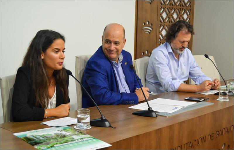 De izquierda a derecha: Isabel Ponce, concejala del Ayuntamiento de Solana de los Barros, Lorenzo Molina, diputado delegado del Área de Desarrollo Rural y Sostenibilidad, y Miguel Antón, técnico responsable del proyecto LIFE – MyBuildingisGreen.