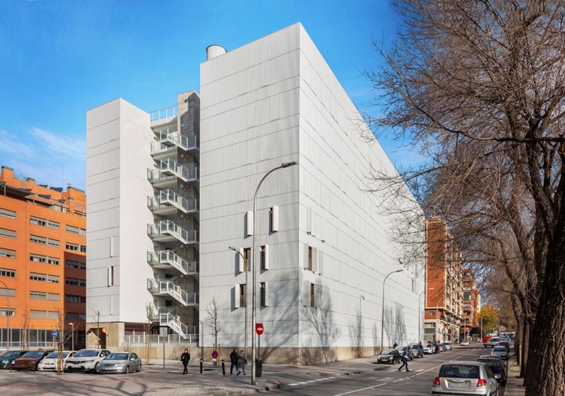 Vista de la fachada sur del edificio Adelfas 98, ubicado en la calle Játiva de Madrid.